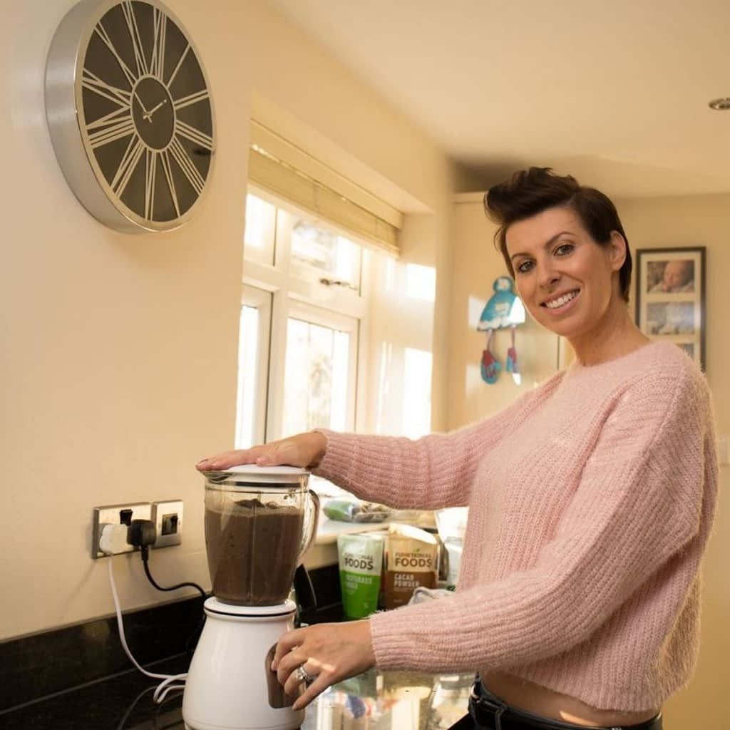 Catherine Tuckwell Personal Brand Photography session making homemade healthy smoothies in blender